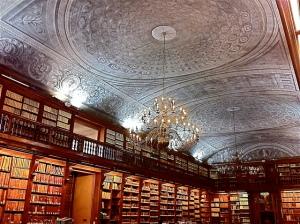 Fondata dal cardinale Federico Borromeo nel 1607, non è solo una biblioteca ma è anche un'Accademia e Pinacoteca. Conserva alcuni dei più bei manoscritti di Leonardo da Vinci.
