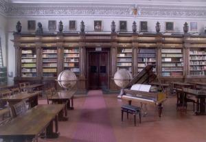 Aperta nel 1768 grazie al lascito del card. Furietti, è una delle più ricche e frequentate biblioteche storiche italiane di conservazione, con quasi 700.000 volumi, più di 9.000 manoscritti, 1.200 incunaboli e 12.000 cinquecentine.