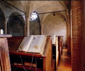 E' l'unico esempio di biblioteca umanistica conventuale perfettamente conservata nell'edificio, negli arredi e nella dotazione libraria, con tanto di libri incatenati tipici delle prime biblioteche user-friendly, come diremmo oggi, concepite dagli ordini francescani e domenicani.