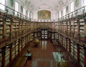 La biblioteca ha sede nell'Abbazia camaldolese, la cui edificazione risale al 1512. Conserva circa 800.000 unità bibliografiche. Tra gli incunaboli figurano il De Oratore di Cicerone, primo incunabolo italiano, stampato a Subiaco nel 1465 da Sweynheym e Pannartz, e la Hypnerotomachia Poliphili, stampata a Venezia nel 1499 da Aldo Manuzio.