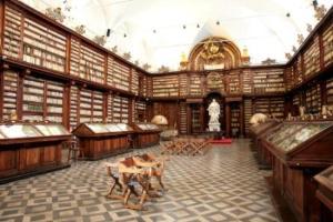 Istituita dai padri domenicani per volere del cardinale Girolamo Casanate e aperta nel 1701. Ancora oggi conserva nelle originarie scaffalature settecentesche circa 60,000 volumi antichi.