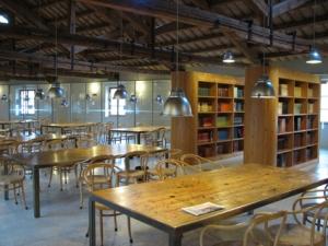 La biblioteca prende il nome dal suo donatore, il card. Antonelli. La prima sistemazione della dotazione libraria e documentaria avvenne nel 1825, incrementandosi da allora grazie a costanti donazioni da parte di famiglie e ordini religiosi. La prestigiosa sede attuale, dal 1998, è il Foro Annonario.