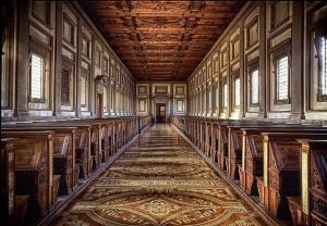 conserva circa 11,000 manoscritti, in un edificio progettato e in parte realizzato da Michelangelo Buonarroti. La biblioteca contiene inoltre una inconsueta raccolta, costituita da circa 2500 papiri.