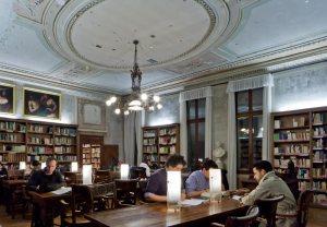 """Definita """"biblioteca civica del centro storico"""" di Venezia, essa svolge un ruolo rilevante per la città, mettendo a disposizione del pubblico oltre 350.000 volumi, sia antichi che moderni. E' aperta anche il sabato e la domenica; dal martedì al sabato fino a mezzanotte!"""